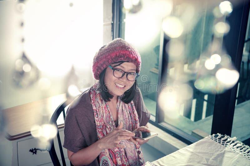 Geluk toothy het glimlachen gezicht van Aziatische jonge vrouw en slimme pho royalty-vrije stock afbeeldingen
