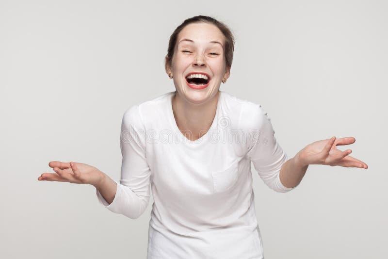 Gelukconcept, lach Het optimistische meisje toothy glimlachen stock foto's