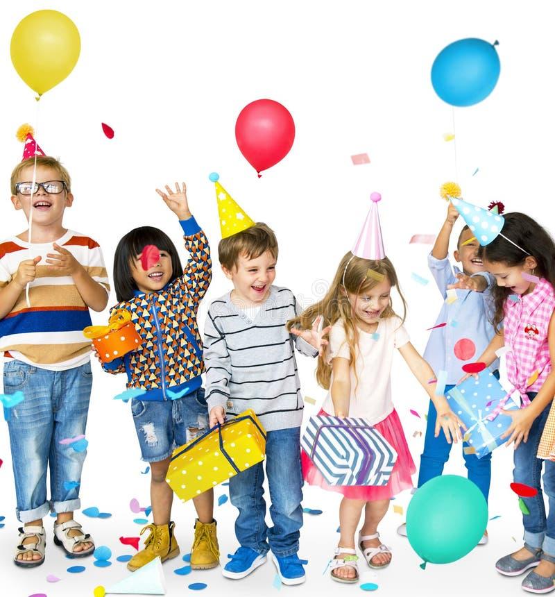 Gelukgroep leuke en aanbiddelijke kinderen die partij hebben stock foto