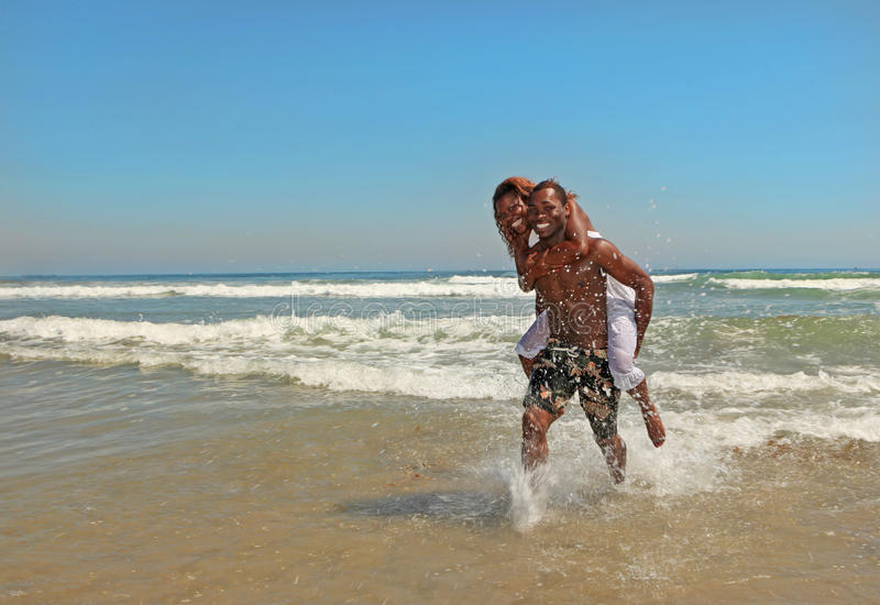Gelukkig Afrikaans Amerikaans Paar bij het Strand royalty-vrije stock foto