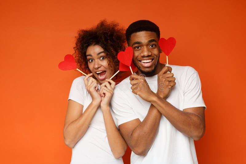 Gelukkig Afrikaans-Amerikaans paar die rode document harten houden stock fotografie