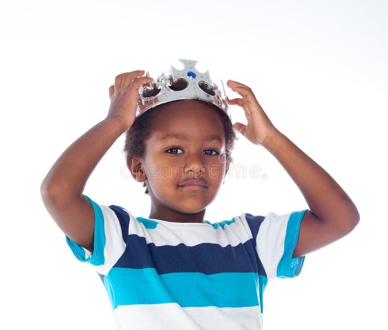 Gelukkig Afrikaans kind met verzilverde kroon stock fotografie
