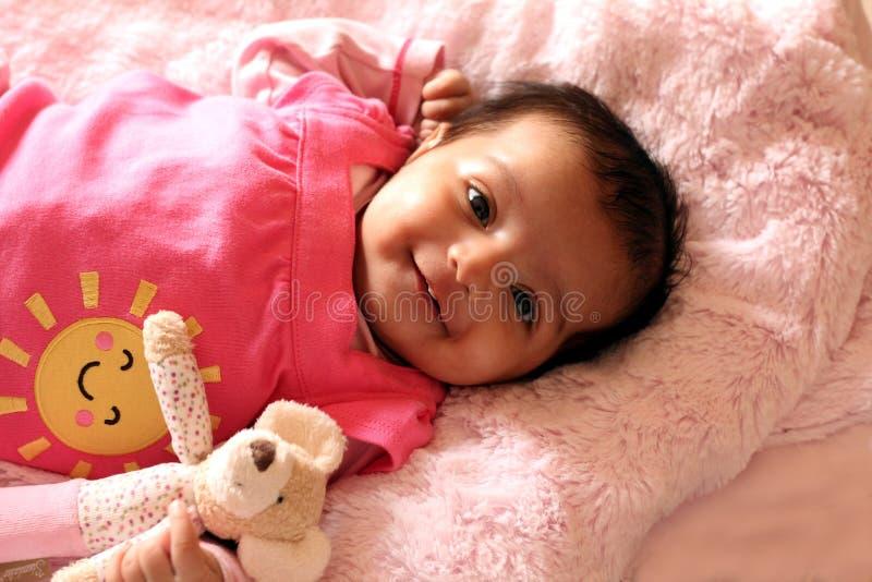 Gelukkig Aziatisch babymeisje in roze kleding royalty-vrije stock foto