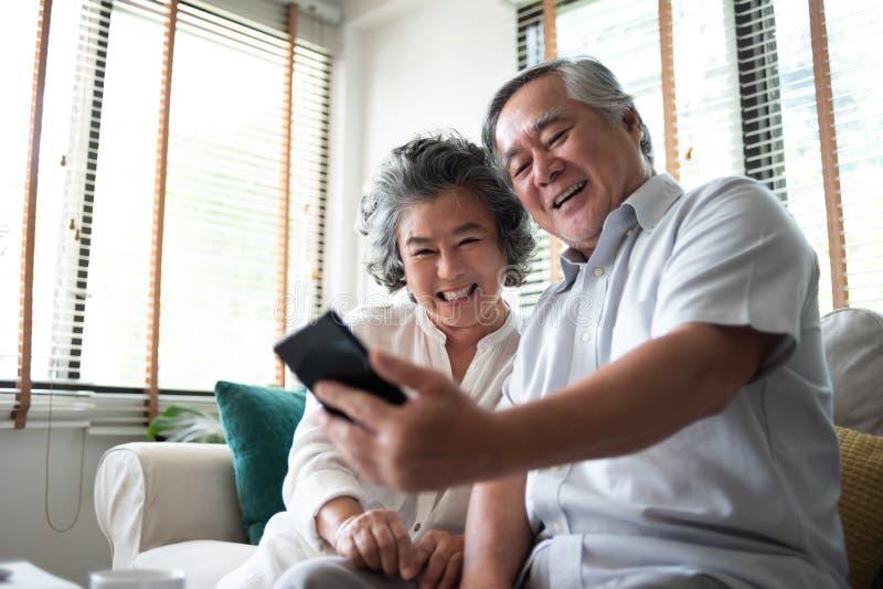 Gelukkig Aziatisch hoger Paar die smartphone gebruiken royalty-vrije stock foto's