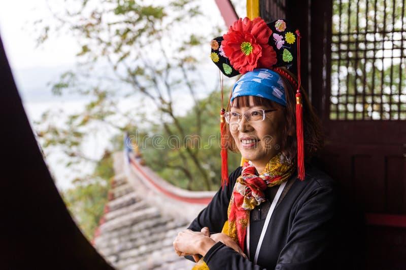Gelukkig Aziatisch hoger wijfje in traditioneel kostuum royalty-vrije stock foto