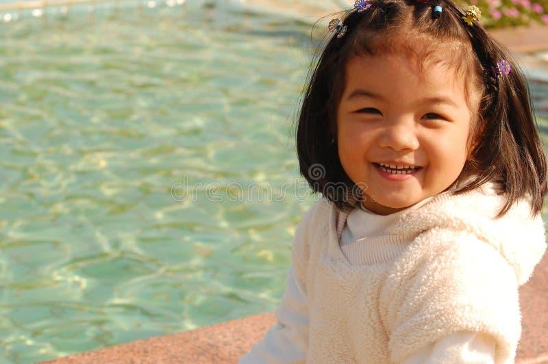 Gelukkig Aziatisch meisje bij de pool royalty-vrije stock fotografie