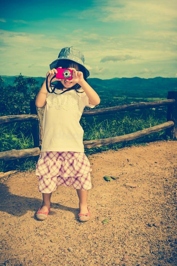 Gelukkig Aziatisch meisje die en in openlucht in de dag, t glimlachen ontspannen royalty-vrije stock fotografie