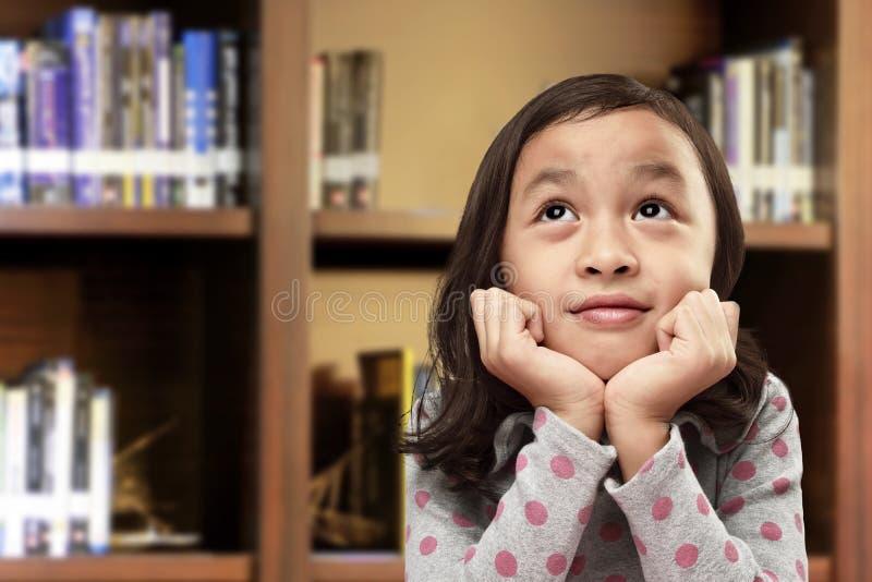 Gelukkig Aziatisch meisje met grappige uitdrukking stock foto