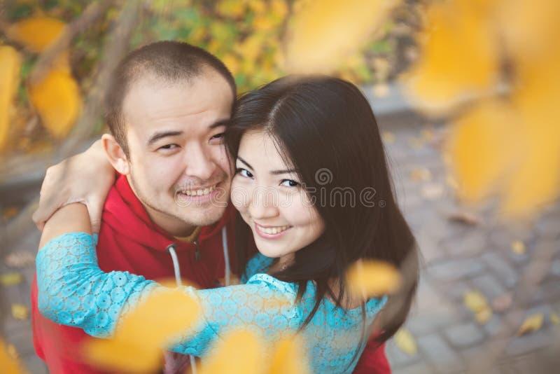 Gelukkig Aziatisch paar in liefde in de herfst stock afbeelding