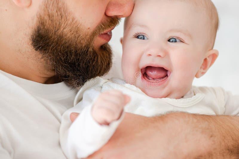 Gelukkig babymeisje in jonge vaderwapens royalty-vrije stock foto's
