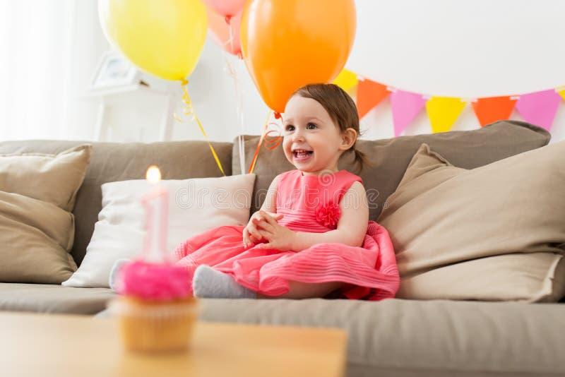 Gelukkig babymeisje op verjaardagspartij thuis stock afbeeldingen