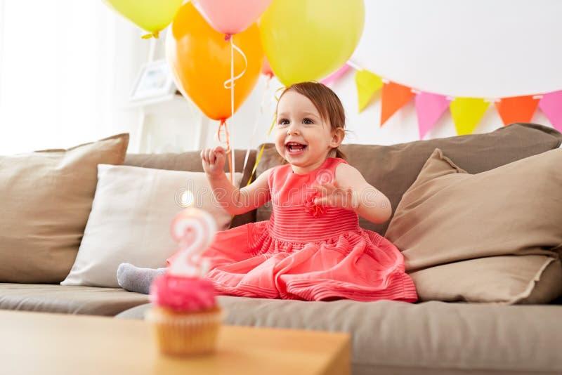 Gelukkig babymeisje op verjaardagspartij thuis royalty-vrije stock afbeeldingen