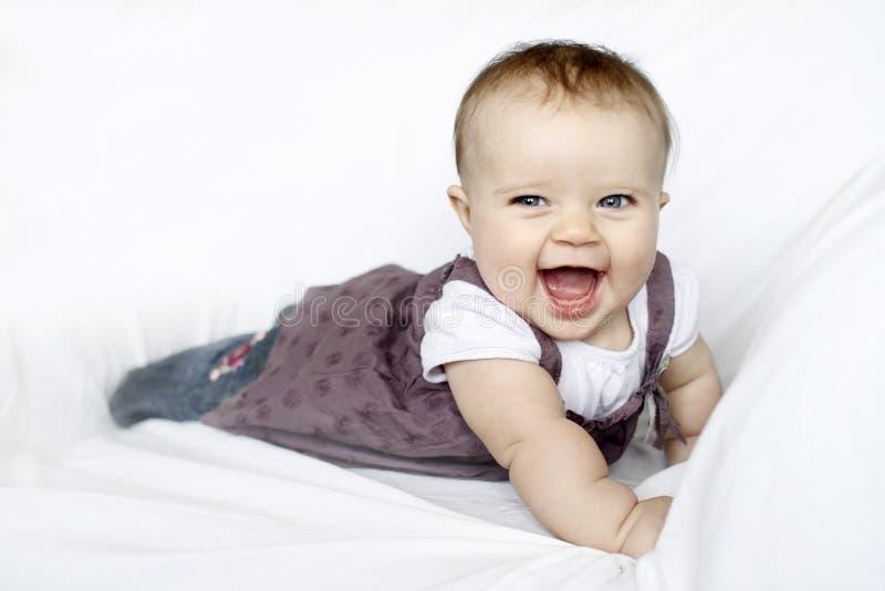 Gelukkig babyportret met blauwe ogen stock fotografie