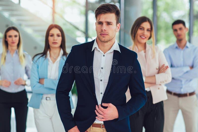 Gelukkig bedrijfsmensen en bedrijfpersoneel in modern bureau, die bedrijf vertegenwoordigen royalty-vrije stock afbeeldingen