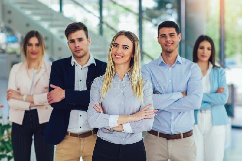 Gelukkig bedrijfsmensen en bedrijfpersoneel in modern bureau, die bedrijf vertegenwoordigen stock foto's