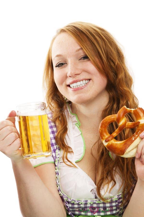 Gelukkig Beiers gekleed meisje met bier en pretzel royalty-vrije stock afbeelding