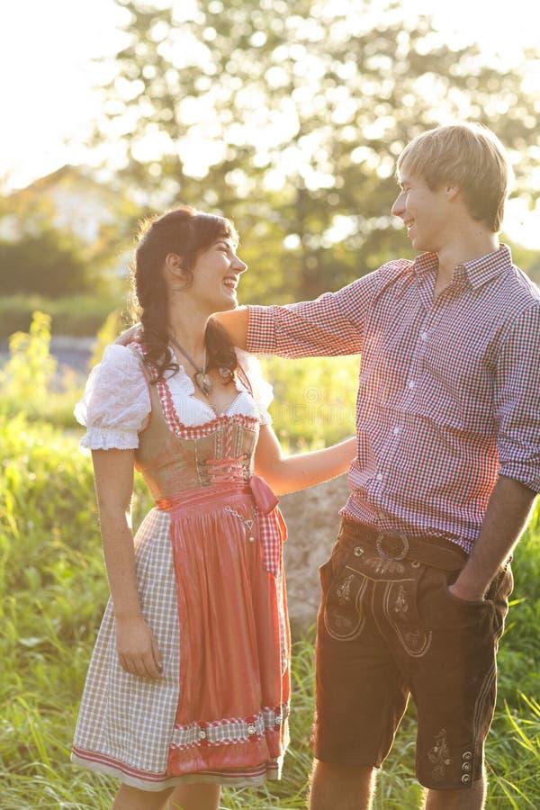 Gelukkig Beiers paar in de avond zon royalty-vrije stock afbeelding