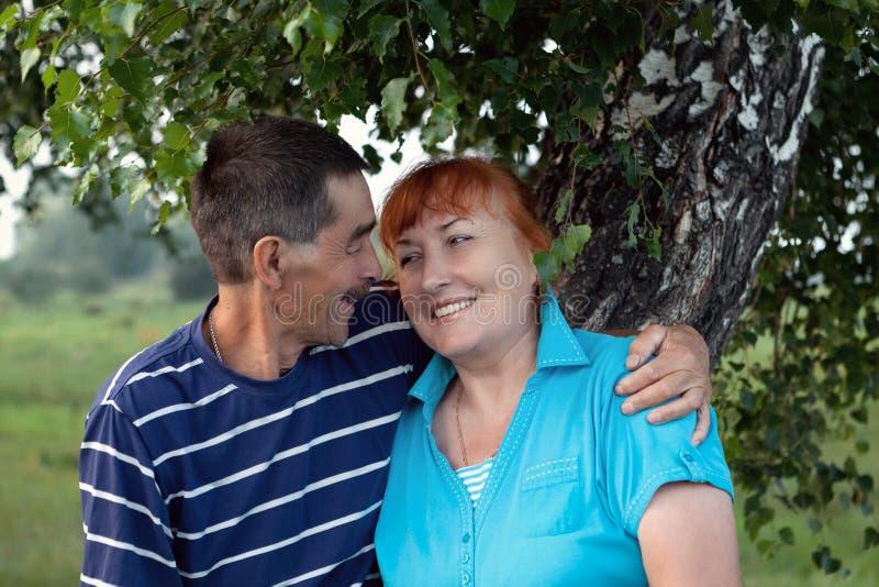 Gelukkig bejaard oudstenpaar in park stock foto's