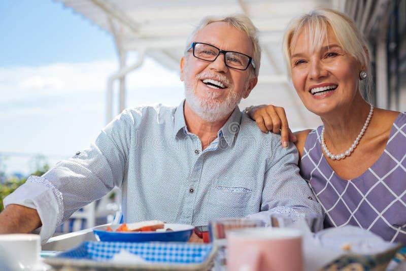 Gelukkig bejaard paar die hun vrienden bekijken royalty-vrije stock fotografie