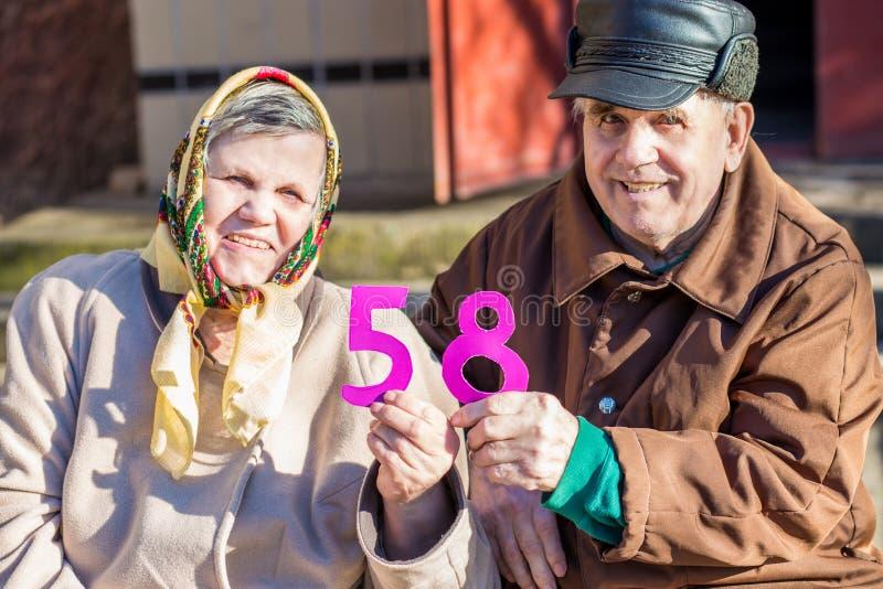 Gelukkig bejaard paar die in liefde hun verjaardag vieren stock foto's