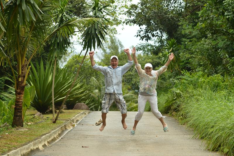 Gelukkig bejaard paar in tropisch bos royalty-vrije stock afbeeldingen