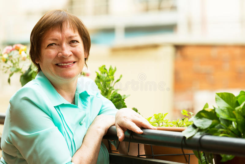 Gelukkig bejaarde die van aardig weer genieten stock fotografie