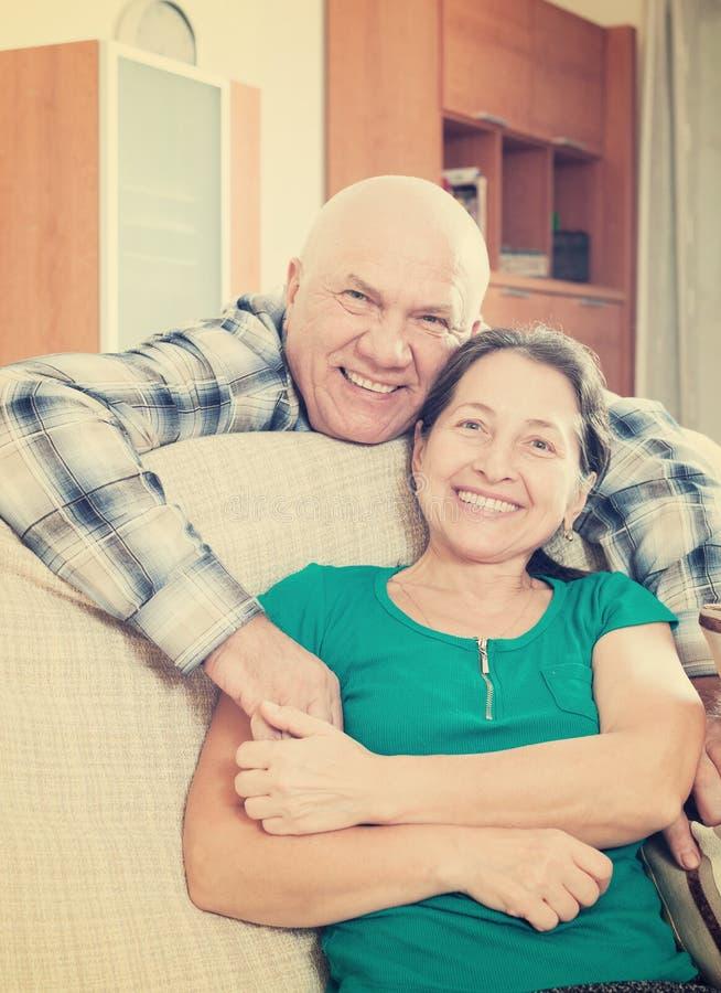 Gelukkig bejaarde met geliefde vrouw stock foto's