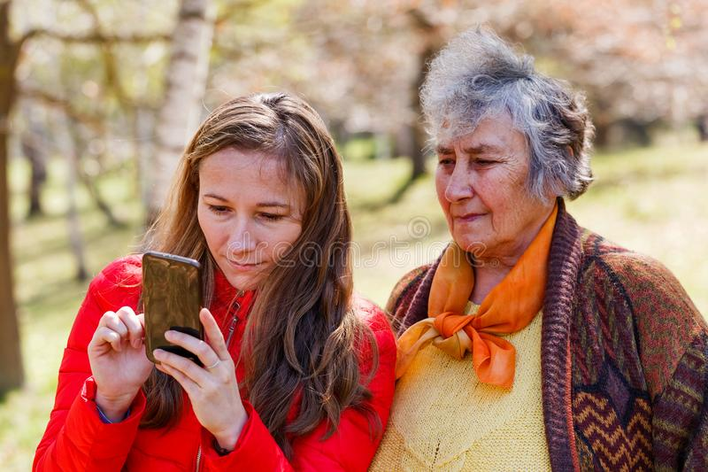 Gelukkig bejaarde met haar dochter royalty-vrije stock afbeeldingen