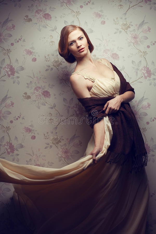 Gelukkig betoverend roodharig meisje in uitstekende kleding stock foto