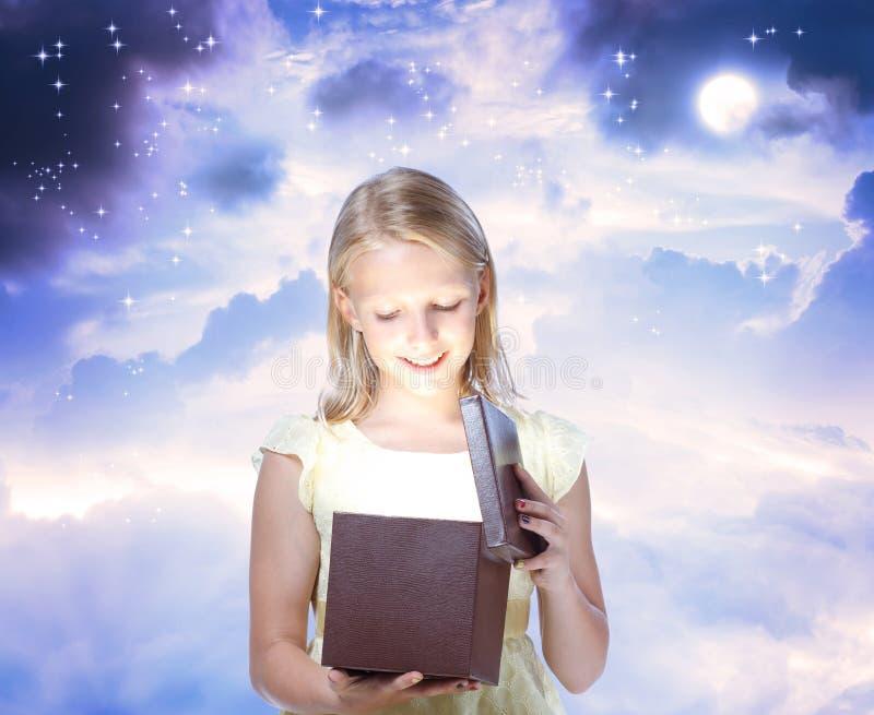 Gelukkig Blond Meisje dat een Heden opent stock foto's