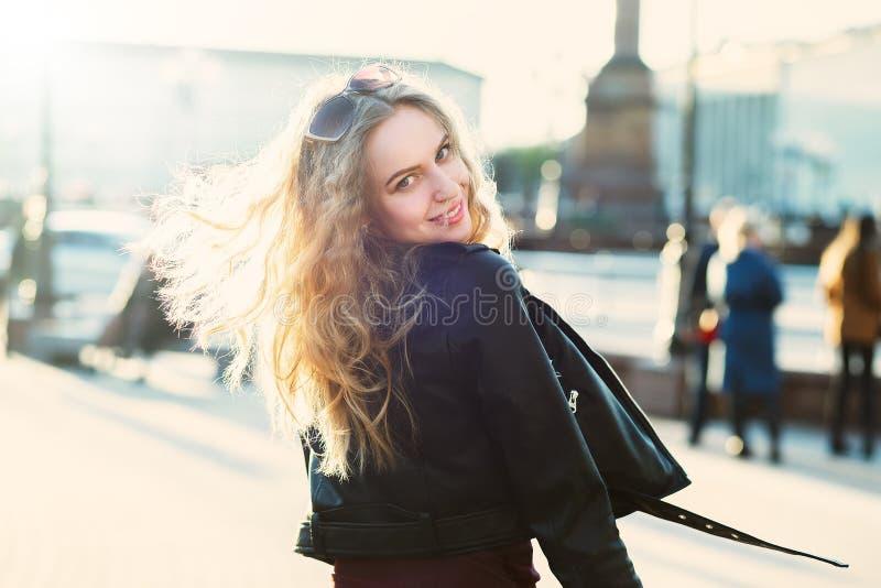 Gelukkig blond meisje stock foto