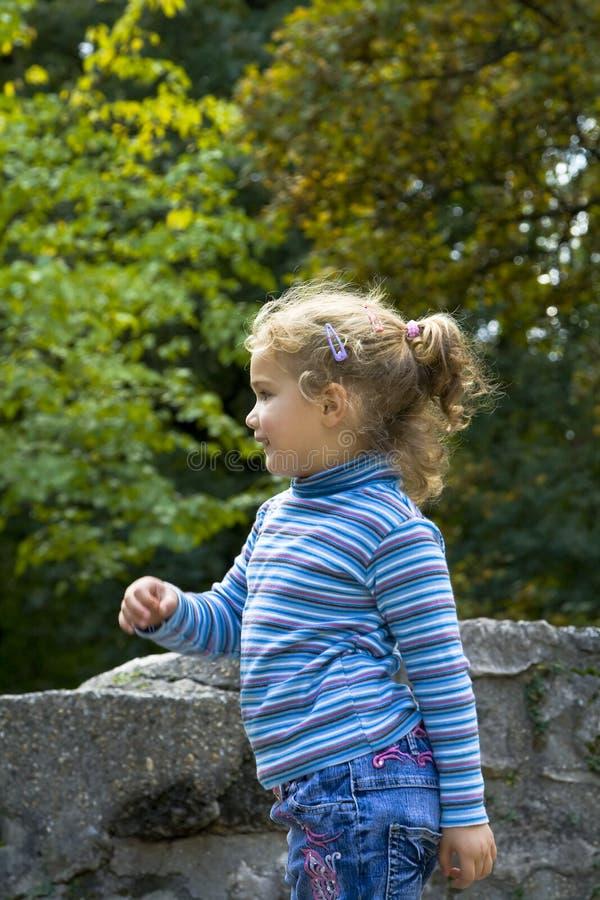 Gelukkig blond meisje in openlucht stock foto