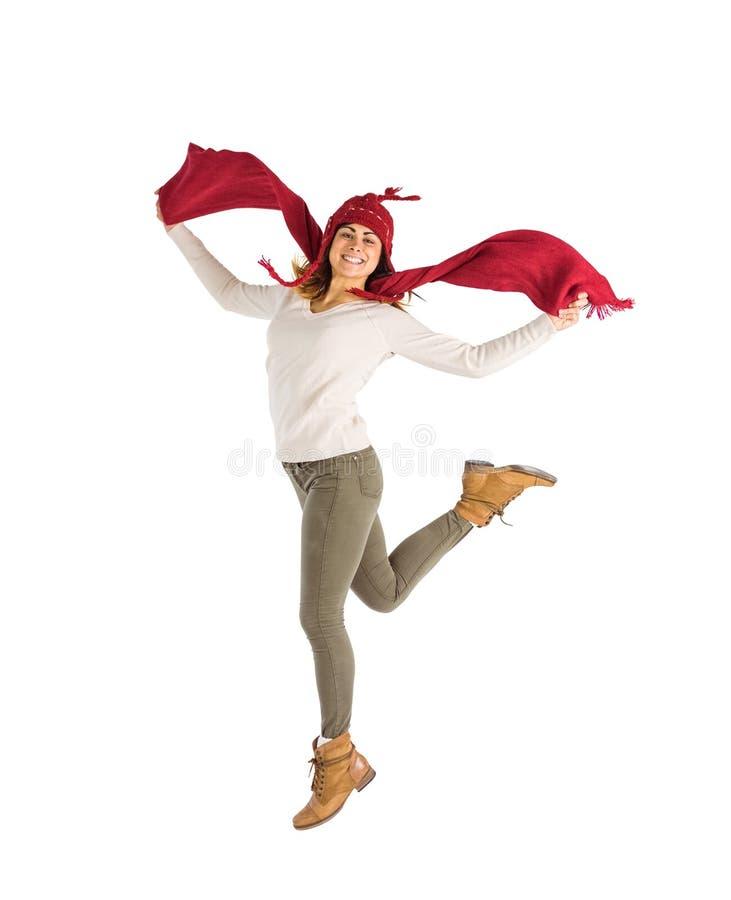 Gelukkig brunette die en zijn sjaal springen houden stock afbeeldingen