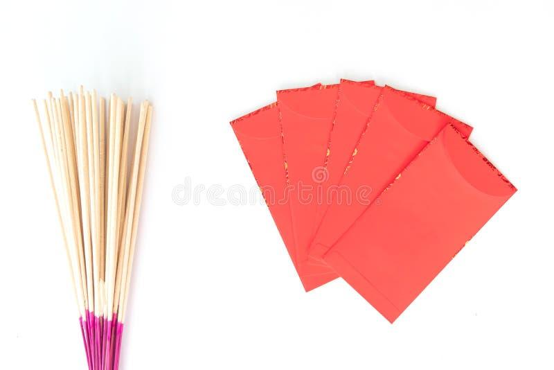 Gelukkig Chinees nieuw jaar, Hand rode envelop of geroepen die Angpao houden die op witte achtergrond wordt geïsoleerd stock foto