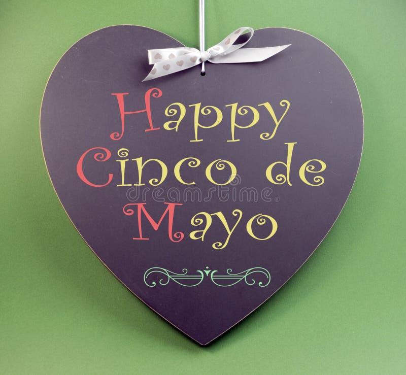 Gelukkig Cinco de Mayo, 5 Mei, het handschriftgroet van de gebeurtenisherinnering op hart vormde bord stock fotografie