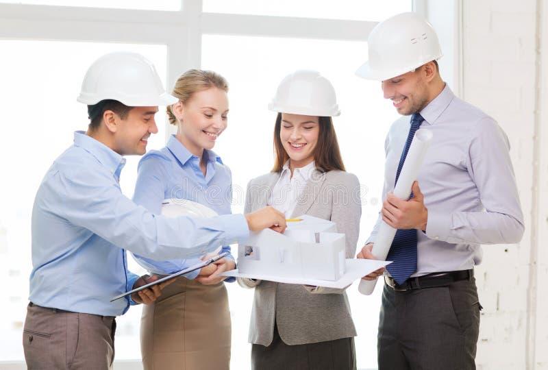 Gelukkig commercieel team in bureau stock afbeelding