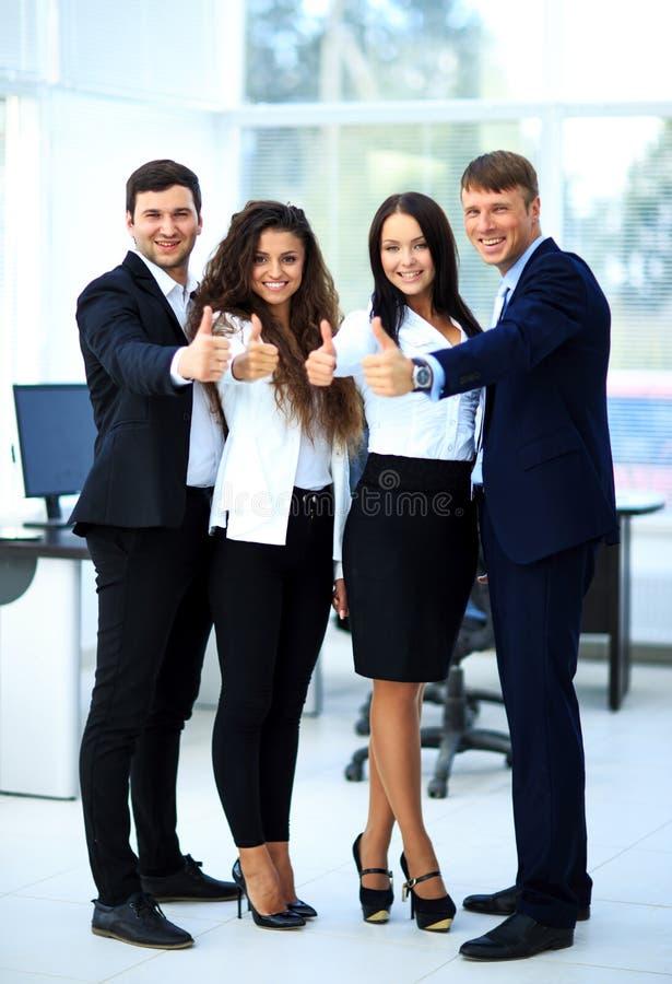 Gelukkig commercieel team met omhoog binnen duimen royalty-vrije stock foto's