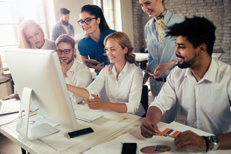 Gelukkig creatief team in bureau Zaken, opstarten, ontwerp, mensen en groepswerkconcept stock foto's