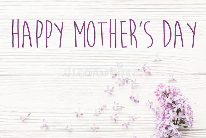 Gelukkig de tekstteken van de moeder` s dag De kaart van de groet zacht roze lilac F stock afbeelding