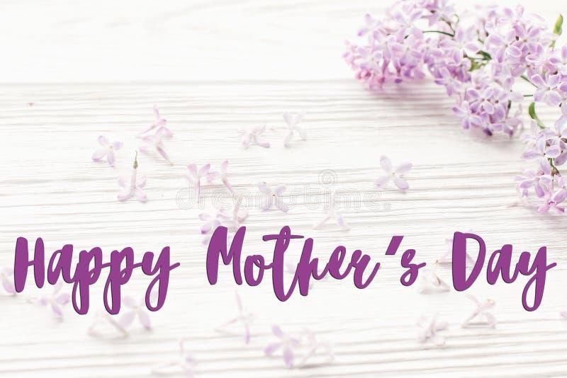 Gelukkig de tekstteken van de moeder` s dag De kaart van de groet zacht roze lilac F stock foto