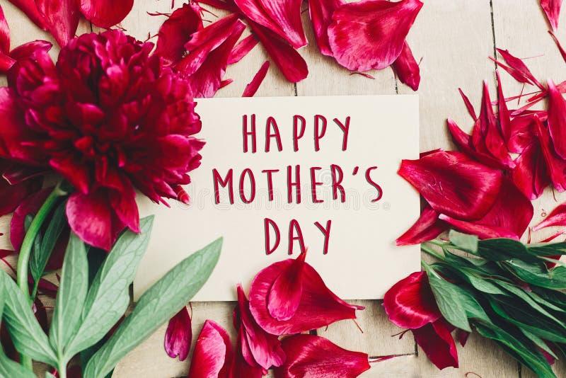 Gelukkig de tekstteken van de moeder` s dag op ambachtdocument kaart mooi rood p royalty-vrije stock foto's