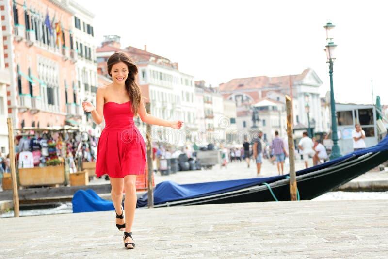Gelukkig de zomermeisje die in kleding, Venetië, Italië lopen royalty-vrije stock foto