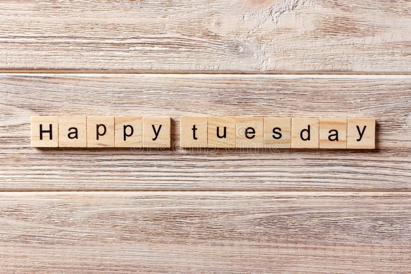 Gelukkig die Dinsdagwoord op houtsnede wordt geschreven Gelukkige Dinsdagtekst op lijst, concept stock fotografie