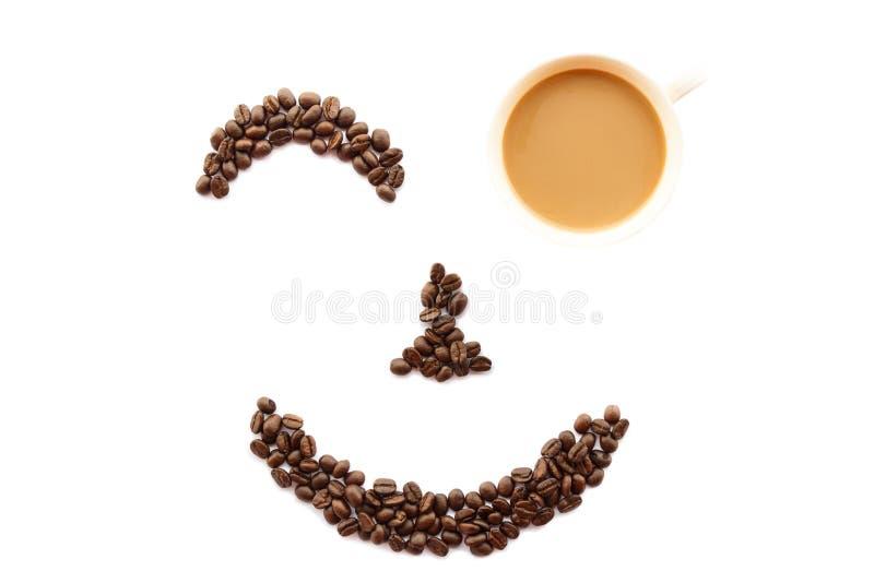 Gelukkig die gezicht van koffiebonen gestalte wordt gegeven met kop stock fotografie