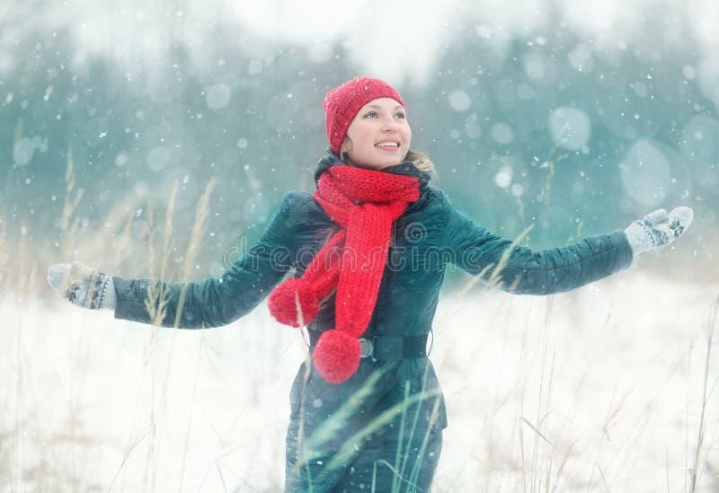 gelukkig die meisje in de winterbos in werking wordt gesteld royalty-vrije stock fotografie