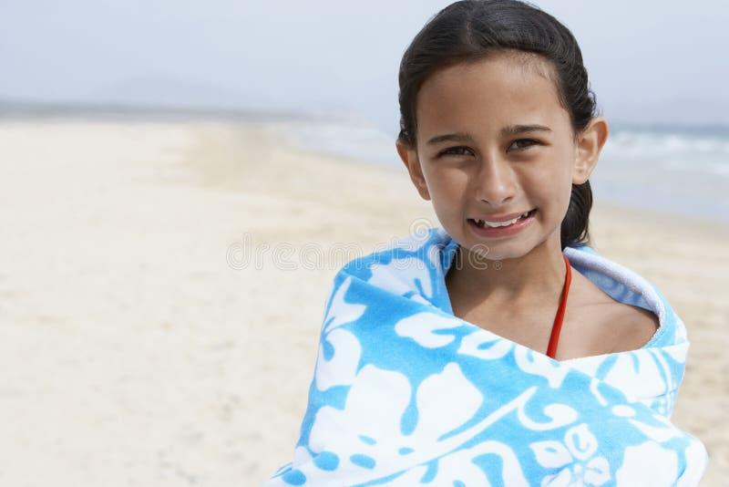 Gelukkig die Meisje in Handdoek wordt verpakt die zich bij Strand bevinden stock afbeeldingen