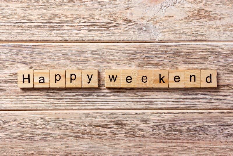 Gelukkig die weekendwoord op houtsnede wordt geschreven gelukkige weekendtekst op lijst, concept royalty-vrije stock afbeelding