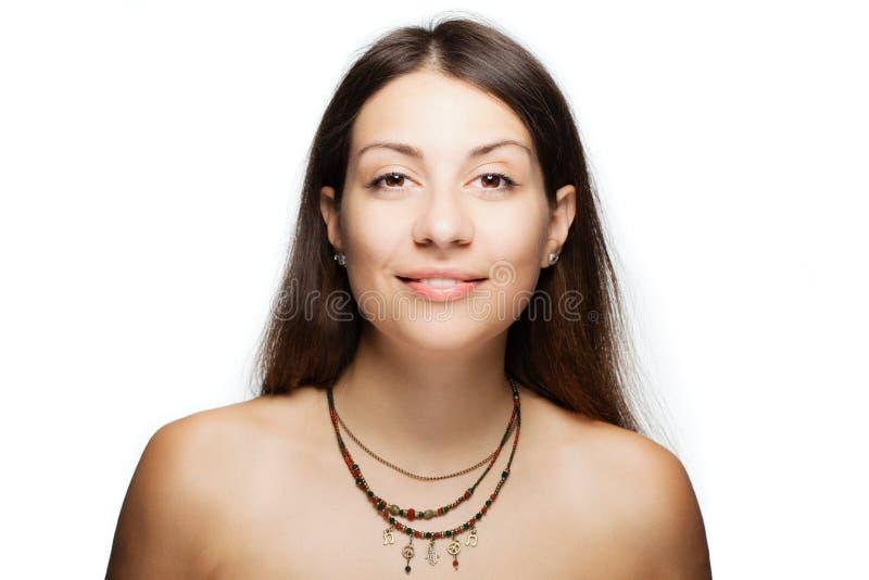 Gelukkig donkerbruin meisje die een halsband met generische symbolen dragen royalty-vrije stock afbeelding