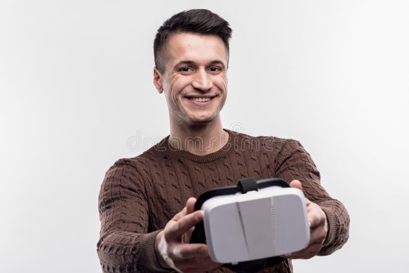 Gelukkig donkerharige die virtuele werkelijkheidsglazen in handen houden royalty-vrije stock afbeeldingen