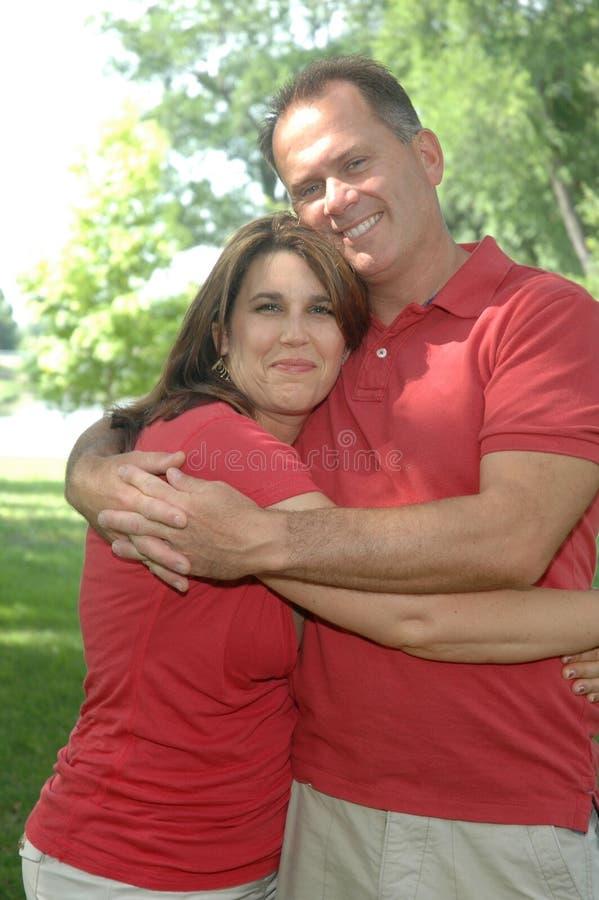Gelukkig echtpaar stock afbeeldingen